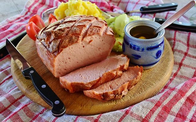 Вкусный завтрак на деревянной досточке