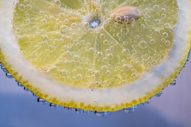 Лимон с пузырьками в воде