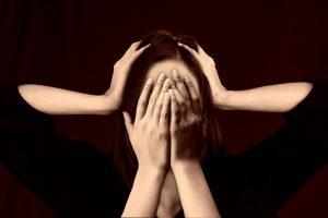 головная боль, закрыто лицо ладошками