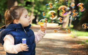 ребенок с мыльными пузырями
