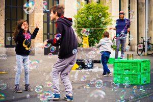 Дети играют с мыльными пузырями