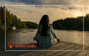 Девушка медитирует для увеличения энергии Ци
